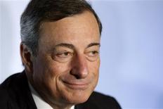"""El presidente del Banco Central Europeo, Mario Draghi, sonríe durante una conferencia de prensa en Riga, sep 12 2013. El presidente del Banco Central Europeo, Mario Draghi, dijo el jueves que la recuperación de la zona euro aún estaba """"muy, muy inmadura"""", y que la reciente subida en las tasas de interés de los mercados monetarios de corto plazo eran injustificadas REUTERS/Ints Kalnins"""