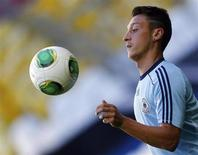 Mesut Ozil durante sessão de treino da seleção da Alemanha em Munique. Ozil disse que a confiança demonstrada pelo técnico do Arsenal, Arsene Wenger, em seu trabalho foi o fator-chave para decidir trocar o Real Madrid pelo time londrino no último dia da janela de transferências. 5/09/2013. REUTERS/Michael Dalder