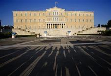 Un grupo de manifestantes durante una protesta frente al Parlamento griego en Atenas, jul 17 2013. El desempleo en Grecia subió en junio a un máximo histórico de un 27,9 por ciento, según datos publicados el jueves, debido a que el mercado laboral sigue hundiéndose en una profunda recesión con políticas de austeridad relacionadas a un rescate financiero. REUTERS/Yannis Behrakis