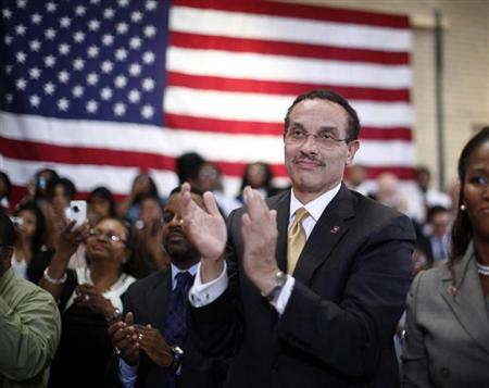 Washington Mayor Vincent Gray applauds U.S. President Barack Obama as he delivers his third annual back-to-school speech at Benjamin Banneker Academic High School in Washington, September 28, 2011. REUTERS/Jason Reed