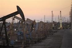 Нефтяные станки-качалки на месторождении Уилмингтон в Калифорнии 30 июля 2013 года. Цены на нефть Brent растут, приближаясь к $113 за баррель, но рынок готовится завершить неделю сильнейшим за три месяца спадом за счет надежды на мирное решение сирийской проблемы. REUTERS/David McNew