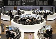 Les Bourses européennes sont en petite baisse à mi-séance, marquant le pas après deux semaines de franche progression. À Paris, le CAC 40 perdait 0,24% vers 12h35. À Francfort, le Dax reculait de 0,23%. /Photo prise le 13 septembre 2013/REUTERS/Remote