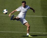 Jogador do Real Madrid Gareth Bale controla a bola durante sessão de treino em Madri. Jogador mais caro do mundo, Bale fará sua estreia pelo Real Madrid na partida de sábado do Campeonato Espanhol contra o Villarreal, fora de casa, anunciou o técnico Carlo Ancelotti nesta sexta-feira. 13/09/2013. REUTERS/Sergio Perez