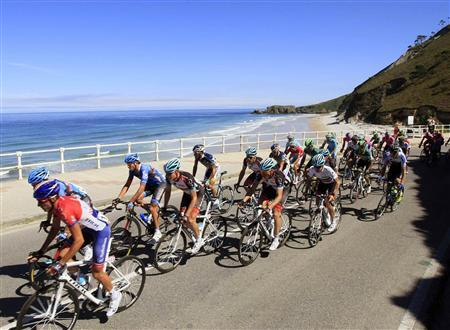 Cyclists ride near the sea during the 181-km 19th stage of the Vuelta, Tour of Spain cycling race from San Vicente de la Barquera to Alto del Naranco, September 13, 2013. REUTERS/Joseba Etxaburu