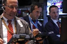 Wall Street a terminé en légère hausse vendredi, ce qui permet au S&P 500 d'afficher sa meilleure performance hebdomadaire en deux mois, le tout dans des échanges relativement peu étoffés avant la réunion de politique monétaire de la Réserve fédérale de la semaine prochaine. L'indice Dow Jones des 30 industrielles a gagné 0,49%, le S&P-500, plus large, a pris 0,27%. Le Nasdaq Composite a avancé de son côté de 0,17%. /Photo prise le 13 septembre 2013/REUTERS/Brendan McDermid