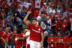 Canadense Milos Raonic comemora vitória após partida pela Copa Davis, em Belgrado. Sérvia e Canadá empataram em 1 a 1 no primeiro dia de confrontos pela semifinal da Copa Davis, nesta sexta-feira, após Milos Raonic vencer Janko Tipsarevic e Novak Djokovic passar fácil por Vasek Pospisil. 13/09/2013 REUTERS/Marko Djurica