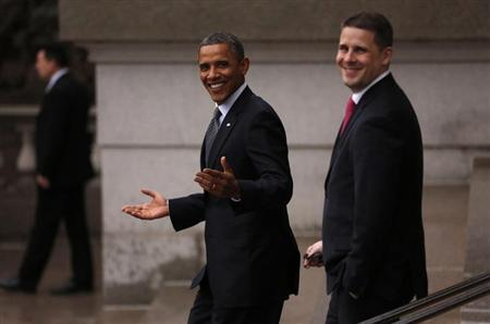 U.S. President Barack Obama gestures as he walks back to the White House from the Treasury after attending an event honoring outgoing Treasury Secretary Tim Geithner in Washington January 16, 2013. With Obama is White House Communications Director Dan Pfeiffer. REUTERS/Kevin Lamarque