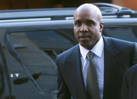 Former San Francisco Giants outfielder Barry Bonds enters U.S. federal courthouse for his sentencing hearing in San Francisco, California December 16, 2011. REUTERS/Robert Galbraith