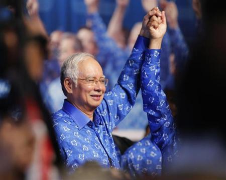 Malaysia's Prime Minister Najib Razak celebrates with his other party leaders after winning the elections at his party headquarters in Kuala Lumpur early May 6, 2013. REUTERS/Bazuki Muhammad