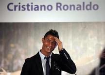 Jogador Cristiano Ronaldo do Real Madrid durante cerimônia no estádio Santiago Bernabéu em Madrid, 15 de setembro de 2013. O Real Madrid renovou seu contrato com Cristiano Ronaldo até o fim da temporada de 2017-18, ao concordar com uma extensão de três anos do acordo com o atacante português. REUTERS/Sergio Perez