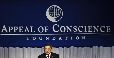 Indonesian President Susilo Bambang Yudhoyono addresses guests after receiving the World Statesman Award from the Appeal of Conscience Foundation at a dinner ceremony in New York, May 30, 2013. REUTERS/Eduardo Munoz