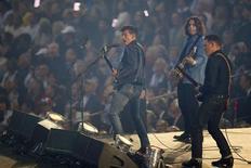 """Музыканты из рок-группы Arctic Monkeys выступают на открытии Олимпиады в Лондоне 27 июля 2012 года. Инди-рокеры Arctic Monkeys возглавили рейтинг продаж в Великобритании с новой пластинкой """"AM"""", ставшей их пятым подряд альбомом, дебютировавшим на вершине, сообщила Official Charts Company. REUTERS/Mike Blake"""