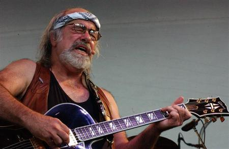 Grateful Dead lyricist Robert Hunter performs at the Alpine Valley Music Center in East Troy, Wisconsin, late August 3, 2002. The two-day music festival, called Terrapin Station, featured the four surviving members of the Dead performing as 'The Other Ones.' - RTXLGBO
