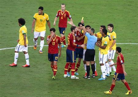 Spain's Alvaro Arbeloa (3rd L) is issued a yellow card as teammate Sergio Ramos (C) argues with the referee against Brazil during the Confederations Cup final soccer match at the Estadio Maracana in Rio de Janeiro June 30, 2013. REUTERS/Paulo Whitaker