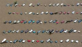Затопленные автомобили близ Гринли, Колорадо 14 сентября 2013 года. Число жертв наводнения на востоке американского штата Колорадо может вырасти, поскольку спасатели до сих пор не могут добраться до сотен людей, отрезанных водой от помощи, сообщили власти. REUTERS/John Wark