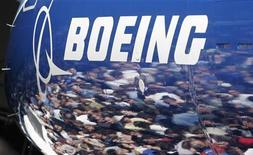 Boeing à suivre sur les marchés américains. La proposition de l'avionneur américain pour remplacer la flotte vieillissante d'avions de chasse de l'armée sud-coréenne est la seule qui répond aux critères, a dit à Reuters une source au fait du dossier, citant des responsables chargés de l'achat d'équipements militaires. /Photo d'archives/REUTERS/Robert Sorbo