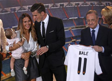 Gareth Bale of Wales talks with his girlfriend Emma Rhys Jones and daughter Alba Violet Jones as Real Madrid's president Florentino Perez holds his nw jersey at the Santiago Bernabeu stadium in Madrid, September 2, 2013. REUTERS/Sergio Perez