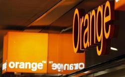 La filiale espagnole d'Orange a annoncé lundi avoir déposé une plainte auprès des autorités de régulation de la concurrence concernant une alliance entre Telefonica et Yoigo, opérateur contrôlé par TeliaSonera. /Photo d'archives/REUTERS/Eric Gaillard