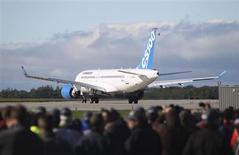 L'avion de ligne moyen courrier CSeries de Bombardier a réalisé son vol inaugural lundi, point d'orgue d'un programme de 3,4 milliards de dollars dont le constructeur canadien espère qu'il lui permettra de concurrencer Boeing et Airbus sur une partie de ce segment de marché. /Photo prise le 16 septembre 2013/REUTERS/Christinne Muschi
