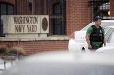 Membro das forças de segurança dos EUA guarda os arredores da base naval em Washington onde um tiroteio deixou vários mortos e feridos. Diversas pessoas foram mortas e outras ficaram feridas quando pelo menos um homem abriu fogo em uma base da Marinha dos EUA em Washington nesta segunda-feira, disseram autoridades. 16/09/2013. REUTERS/Jason Reed
