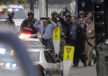 Pessoas são retiradas de base naval na capital dos Estados Unidos, onde houve um tiroteio. O ocorrido deixou 12 pessoas mortas, incluindo o atirador, disse a chefe de polícia de Washington, Cathy Lanier, nesta segunda-feira. 16/09/2013 REUTERS/Jason Reed