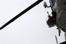 Helicóptero levanta vítima sobre uma base naval dos Estados Unidos em Washington, EUA. 16/09/2013 REUTERS/Jonathan Ernst