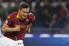 Francesco Totti, do AS Roma, comemora após marcar gol em partida da série A italiana contra o Lazio, no estádio Olímpico em Roma, Itália. 8/04/2013 REUTERS/Max Rossi