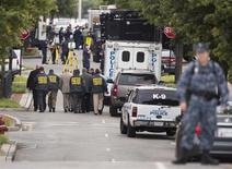 Policiais trabalham em uma base naval onde ocorreu um tiroteio, em Washington, nos Estados Unidos, nesta segunda-feira. 16/09/2013 REUTERS/Joshua Roberts