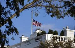 Приспущенный флаг США над Белым домом в Вашингтоне 16 сентября 2013 года. Не менее 13 человек, в том числе сам нападавший, погибли в понедельник в результате стрельбы на объекте американских ВМС, расположенном всего в нескольких километрах от Белого дома и Капитолия в Вашингтоне. REUTERS/Yuri Gripas