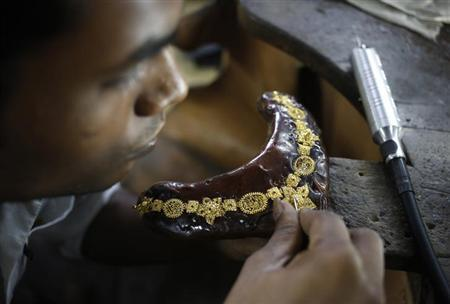 A craftsman makes a gold necklace at a workshop in New Delhi September 6, 2013. REUTERS/Anindito Mukherjee/Files