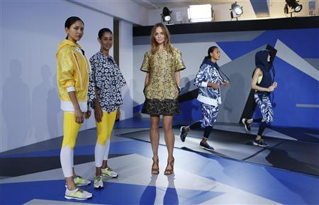 Designer Stella McCartney (C) poses with models wearing creations from the Adidas by Stella McCartney Spring/Summer 2014 collection during London Fashion Week September 17, 2013. REU TERS/Suzanne Plunkett