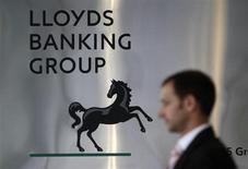 Foto em frente à sede do Lloyds Banking Group no centro de Londres. A Grã-Bretanha levantou 3,2 bilhões de libras (5 bilhões de dólares) com a venda de uma participação de 6 por cento no Lloyds Banking Group, estabelecendo um marco na recuperação da economia desde a crise financeira de 2008. 5/07/2009. REUTERS/Stefan Wermuth/Files