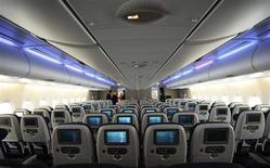 Zodiac Aerospace a publié un chiffre d'affaires en hausse de 13,2% en 2012-2013, porté par ses activités dans les sièges pour avions. L'équipementier aéronautique, fournisseur d'Airbus, de Boeing et du brésilien Embraer, a enregistré une croissance organique de ses ventes de 7,4% à 3.895 millions d'euros au terme de l'exercice clos le 31 août. /Photo d'archives/REUTERS/Paul Hackett