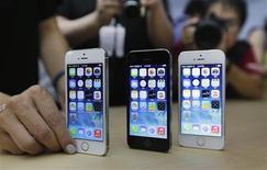 Imagen de archivo de unos teléfonos iPhone 5S de Apple durante su presentación en Pekín, sep 11 2013. La firma china de telecomunicaciones China Unicom Hong Kong Ltd dijo que los pedidos previos de los nuevos modelos del iPhone de Apple Inc, el iPhone 5C y 5S, superaron las 100.000 unidades desde que ambos teléfonos inteligentes fueron lanzados la semana pasada. REUTERS/Jason Lee
