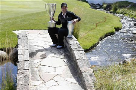 Zach Johnson of U.S. poses with the trophy after winning the BMW Championship golf tournament at the Conway Farms Golf Club in Lake Forest, Illinois, September 16, 2013. REUTERS/Jim Young