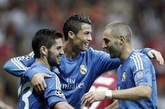 Cristiano Ronaldo (C) comemora gol do Real Madrid com Isco (E) e Benzema contra o Galatasaray nesta terça-feira. REUTERS/Osman Orsal