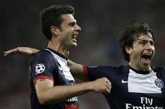 O meia Thiago Motta (E) comemora gol do PSG sobre o Olympiakos. REUTERS/John Kolesidis