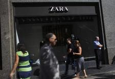 Inditex, numéro un mondial de la vente de vêtements, propriétaire de l'enseigne Zara, affiche des résultats semestriels légèrement supérieurs aux attentes. Un strict contrôle des coûts a permis de compenser l'impact d'une météo défavorable et celui d'effets de change adverses. /Photo d'archives/REUTERS/Susana Vera