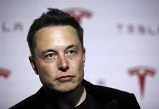 Le dirigeant de Tesla Motors, Elon Musk, a déclaré que le fabricant de véhicules électriques produira d'ici trois ans une voiture à conduite autonome, rivalisant ainsi avec Google et ses concurrents automobiles. /Photo prise le 20 juin 2013/REUTERS/Lucy Nicholson