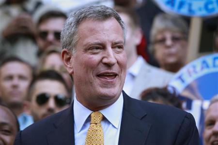 9月17日、米ニューヨーク市長選を11月5日に控えて行われた世論調によると、民主党候補のビル・デブラシオ市政監督官(写真)の支持率が65%と、共和党のジョー・ロタ候補の22%を大きくリードしている。同市で撮影(2013年 ロイター/Shannon Stapleton)