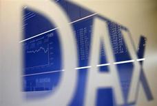 Логотип индекса DAX на Франкфуртской фондовой бирже 16 сентября 2013 года. Европейские акции держатся вблизи пятилетнего максимума, так как инвесторы рассчитывают лишь на небольшое сокращение стимулирующей программы ФРС. REUTERS/Kai Pfaffenbach