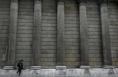 Les neuf membres du comité de politique monétaire de la Banque centrale d'Angleterre (BoE) ont voté à l'unanimité pour le maintien des taux directeurs à 0,5%, montre le compte rendu de la réunion monétaire du 5 septembre, publié mercredi. /Photo prise le 17 septembre 2013/REUTERS/Stefan Wermuth