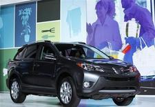 Внедорожник Toyota RAV4 на автошоу в Лас-Вегасе 28 ноября 2012 года. Японский автопроизводитель Toyota вложит в модернизацию своего завода в Петербурге около 5,9 миллиарда рублей, чтобы начать в 2016 году выпуск внедорожника RAV4 с 2016 года для рынка России и Белоруссии, сообщила компания в среду. REUTERS/Mario Anzuoni