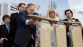 Las Vegas Sands Chairman Sheldon Adelson (3rd L) and his wife Miriam (2nd R) attend the Marina Bay Sands Casino hotel towers' topping out ceremony in Singapore in this July 8, 2009 file photo. REUTERS/Tim Chong/Files