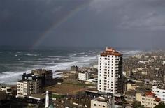قوس قزح في سماء مدينة غزة يوم 7 يناير كانون الثاني 2013. تصوير: احمد زاكوت - رويترز