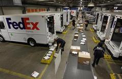 Fedex fait état d'un bénéfice supérieur aux attentes au titre du premier trimestre de son exercice décalé, grâce à la maîtrise de ses coûts. Le groupe a dégagé 489 millions de dollars de bénéfices et annoncé une hausse de certains tarifs à partir de l'année prochaine. /Photo d'archives/REUTERS/Fred Prouser