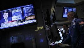 La Reserva Federal de Estados Unidos dijo el miércoles que continuará por ahora con su ritmo de compra de bonos de 85.000 millones de dólares al mes, sorprendiendo a los mercados financieros del mundo, que esperaban una reducción del estímulo económico del banco central. En la foto del miércoles, operadores ven el discurso de Ben Bernanke. Sept 18, 2013. REUTERS/Brendan McDermid