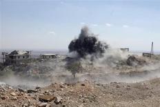 Дым поднимается после обстрела, который, как утверждают повстанцы, устроили лояльные Башару Асаду силы в провинции Идлиб 17 сентября 2013 года. Уничтожение химического арсенала Сирии по достигнутому на прошлой неделе российско-американскому соглашению обойдется в $1 миллиард и займет около года, сказал в интервью телеканалу Fox News президент Башар Асад. REUTERS/Houssam Abo Dabak