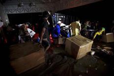 Мародёры в Акапулько 18 сентября 2013 года. Пока власти Мексики изо всех сил пытаются ликвидировать последствия урагана, унесшего по меньшей мере 80 жизней и отрезавшего от мира десятки тысяч людей, мексиканский курортный городок Акапулько столкнулся с проблемой участившихся грабежей. REUTERS/Jacobo Garcia