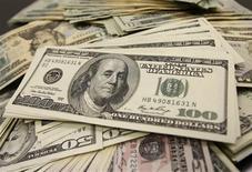 Le déficit des comptes courants des Etats-Unis a diminué au deuxième trimestre à son niveau le plus bas en quatre ans, grâce notamment à la hausse des exportations. Il s'est inscrit à 98,9 milliards de dollars contre 104,9 milliards (révisé) au premier trimestre. /Photo d'archives/REUTERS/Yuriko Nakao